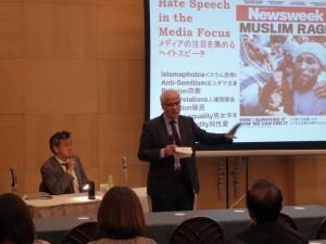 講演するホワイト氏(左:中村氏)
